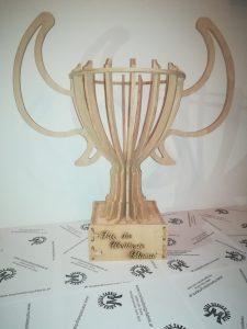 Pokal mit Griffen und großem Sockel aus Buche