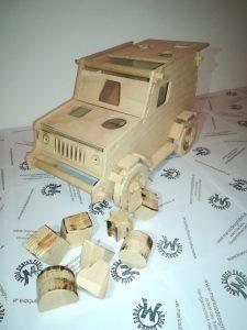 Motorikspiel Fahrzeug Jeep aus Holz Buche