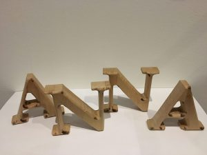 Dekobuchstabe Holzbuchstabe zum Aufstellen 20cm hoch aus Holz Buche