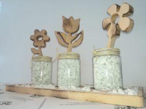 Dekoteller gefüllt mit Zierkiesel 3 Gläser mit Blumen aus Holz Buche