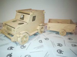 Motorikspiel für Kleinkinder Design Fahrzeug Jeep mit Anhänger und Zubehör aus Holz Buche