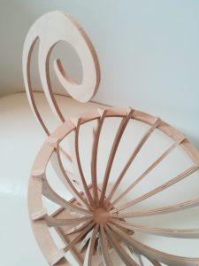 Pokal Kelch geschwungene Griffe kleiner Sockel personalisierbar aus Holz Buche