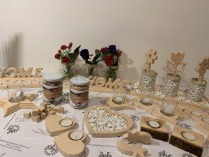 Dekoteller mit Schriftzug Home mit 3 Gläsern und Zierkiesel aus Holz Buche oder Zirbe