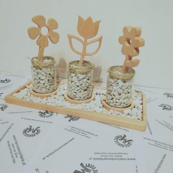 Dekoteller gefüllt mit Zierkiesel 3 Gläser mit Blumen aus Holz Buche oder Zirbe
