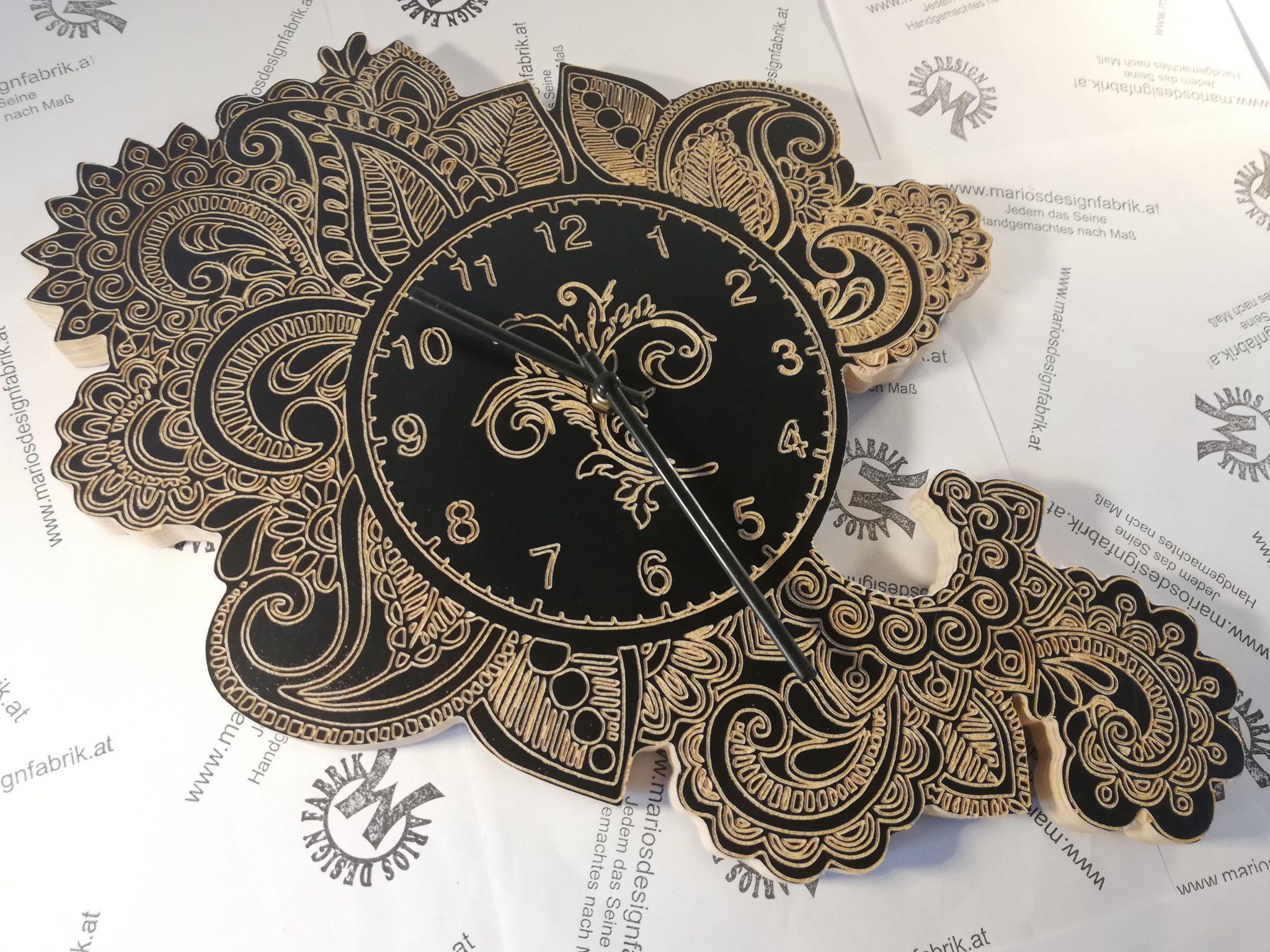 Wanduhr graviert Motiv Blätter Ranken Blumen mit Uhrwerk aus Birke Siebdruckplatte