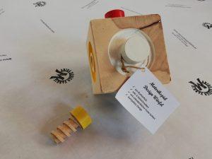 Motorikspiel Spielzeug Würfel mit Schrauben farbig lackiert aus Holz Buche