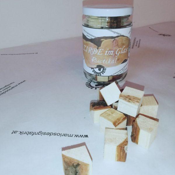 Zirbe im Glas Rustikal aus Holz Zirbenwürfel im Einmachglas