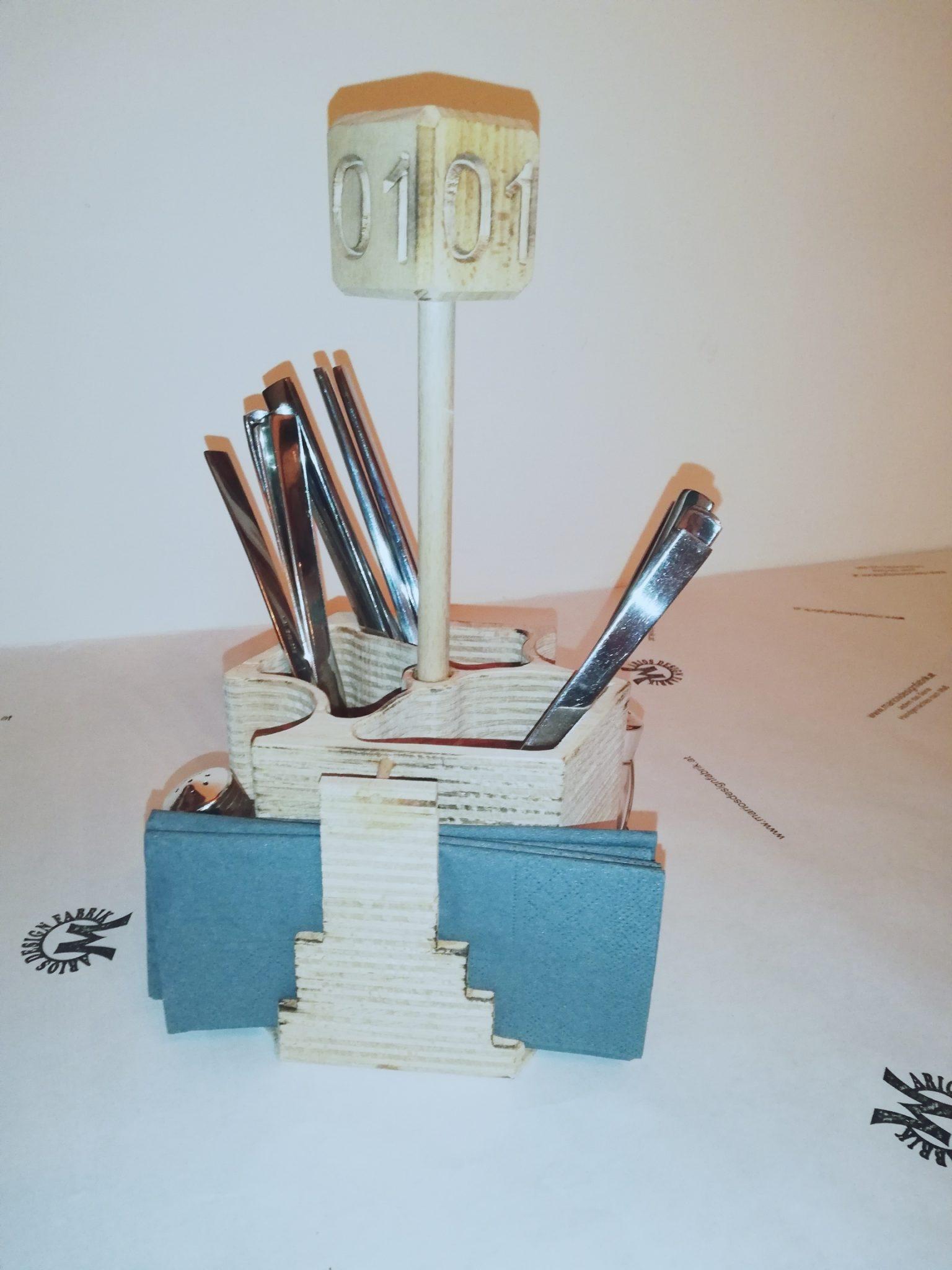 Besteckhalter aus Holz für Gastgewerbe mit Tischnummer und Gravur
